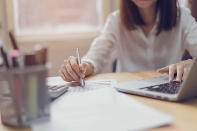 empresaria-oficina-uso-computadora-calculadora-realizar-contabilidad-financiera_2034-1199.jpg